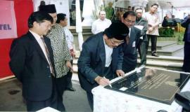 Gambar 3. Penandatanganan Prasasti telah dibangunnya BTS oleh Telkomsel seluruh kecamatan se Jawa- Bali.