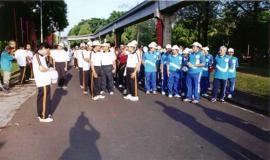Gambar 2. Jalan santai komunitas Postel, tampak Dirjen Postel beserta peserta lainnya sedang melakukan persiapan