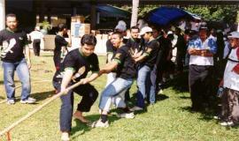 Gambar 7. Lomba tarik tambang antar komunitas Postel Gathering