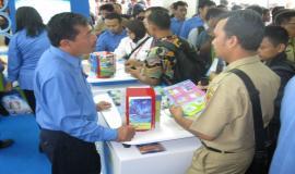 Petugas Juru Penerang dari Balmon Kelas I DKI Jakarta sedang berinteraksi dengan pengunjung Stand Ditjen SDPPI