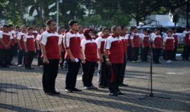 Perwakilan masing-masing unit kerja Ditjen SDPPI sedang melaporkan daftar kehadiran pegawai