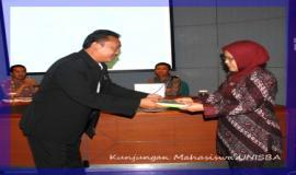 Penyerahan tanda terima kasih oleh Kepala Bagian Umum dan Organisasi, Bpk. Bambang Sugiarto kepada perwakilan dari Universitas Islam Bandung