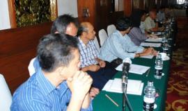 Para peserta sedang menyimak peserta lain yang mengajukan pertanyaan kepada narasumber