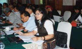 Peserta workshop sedang mengajukan pertanyaan kepada nara sumber