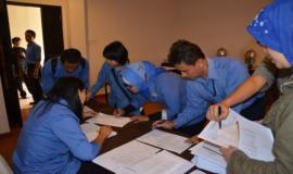 Para peserta sedang mengisi daftar hadir dan mendapatkan panduan untuk Bimbingan Teknis
