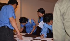 Para peserta yang baru hadir sedang mengisi daftar hadir
