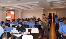 Nara sumber sedang berdiskusi dengan salah satu peserta pada saat Bimbingan Teknis berlangsung