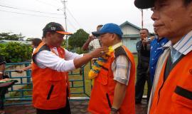 Pengalungan Bunga kepada Bapak Dirjen SDPPI dan Bapak Sutiyoso selaku Ketua Umum ORARI