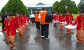 Penyambutan diiringi tarian tradisional oleh masyarakat sekitar