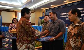 Penyerahan Piagam penghargaan Penatausahaan BMN Terbaik, yaitu UPT Manado, UPT Jambi dan UPT Balikpapan