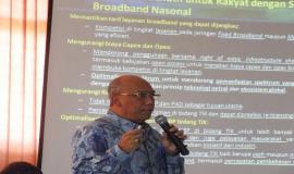 Direktur Penataan Sumber Daya (Bapak Titon Dutono) sedang menyampaikan paparan Penyusunan Program dan Anggaran tahun 2015, Evaluasi Kinerja dan Realisasi Anggaran Tahun 2014 yang ada di Direktorat Penataan Sumber Daya