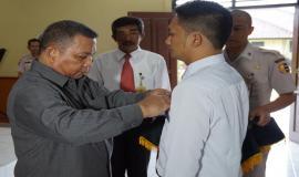 Penyematan tanda peserta Diklat oleh Inspektur Upacara, Kombespol Drs Alex Sampe,SH.MH.
