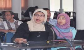 Narasumber dari llmu Statistik IPB, Ibu Dr. Ir. Erfiani (kiri) serta dari Badan Pusat Statistik (BPS), Ibu Enni Lestariningsih (kanan) menjelaskan tentang klasifikasi data-data yang telah disampaikan oleh masing-masing unit kerja terkait.