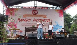 MC Doni dan Wardahnia membuka acara panggung Bangkit Indonesia