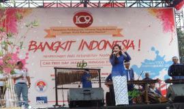 Tim Saung Angkung Mang Udjo mendendangkan lagu Indonesia dan lagu Barat populer