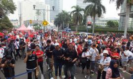 Ribuan angklung dibagikan kepada hadirin untuk bermain bersama dipandu Tim Angklung Mang Udjo