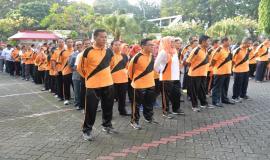 Pejabat dan staf Setditjen SDPPI mendengarkan sambutan dan arahan Dirjen SDPPI acara silaturahmi Idul Fitri  1438 H (4/7). Kegiatan tersebut diikuti oleh seluruh  pejabat dan staf Ditjen SDPPI.