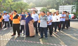 Pejabat dan staf Direktorat Standardisasi SDPPI mendengarkan sambutan dan arahan Dirjen SDPPI pada cara silaturahmi Idul Fitri  1438 H (4/7). Kegiatan tersebut diikuti oleh seluruh  pejabat dan staf Ditjen SDPPI