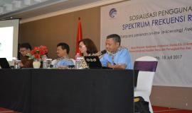 Pejabat Fungsional Frekuensi Radio UPT Semarang saat menyampaikan paparan mengenai Pengawasan dan Pengendalian Penggunaan Spektrum Frekuensi Radio (18/7). Sosialisasi diikuti sekitar 100 orang yang terdiri dari masyarakat umum serta pengguna frekuensi.