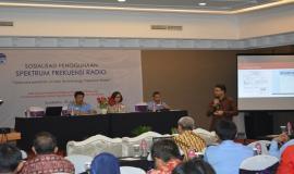Kasie Pelayanan Dinas Bergerak Darat Sulistiyono Catur Kurnia Putra saat memberikan paparan mengenai Manajemen Pengelolaan Izin Stasiun Radio pada sosialisasi di Semarang (18/2)