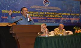 Pembicara dari Direktorat Direktorat Standarisasi Perangkat Pos dan Informatika, Bambang Sugiyarto saat menyampaikan paparannya dihadapan peserta sosialisasi yang terdiri dari pelajar dari 10 sekolan di kota Malang
