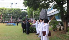 Inspektur Upacara didampingi Perwira Upacara memberi ucapan selamat kepada Tim Pengibar Bendera