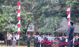 Penghormatan kepada Inspektur Upacara dipimpin oleh Komandan Upacara