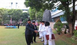 Inspektur Upacara memberi ucapan selamat atas tugas yang telah diselesaikan dengan baik oleh Tim Pengibar Bendera