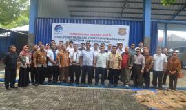 Foto Bersama Dirjen SDPPI (tengah) didampingi oleh Kepala Balmon Semarang (kanan) dan Pejabat di Lingkungan Ditjen SDPPI
