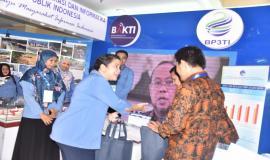 Juru Penerangan Stan dari Kementerian Komunikasi dan Informatika menjelaskan kepada pengunjung Pameran Budget Executive Expo 2018