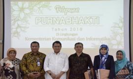 Sesi foto bersama Menkominfo dan Direktur Operasional PT Taspen (Persero) dengan para pegawai purnabhakti.