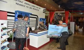 Petugas pameran yang mewakili Ditjen SDPPI menyiapkan stand sebelum hari H penyelenggaraan Manado PPI Expo 2018.