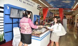 Juru penerangan dari SDPPI yang bertugas memberikan informasi, membagikan brosur kepada pengunjung Manado PPI Expo 2018.