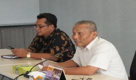 Kasubdit Sertifikasi Opertor Radio, Rusdi Tumaling (kanan), meminta peserta  rapat untuk  turut memberikan masukan dalam pelaksanaan rapat Evaluasi Uji Coba Implementasi E-Licensing.