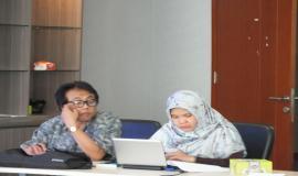 Staf Direktorat Pengendalian  memaparkan hasil evaluasi UNAR yang telah dilaksanakan di Banjarmasin dan Surabaya kepada para tamu undangan.