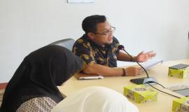 Muhtarul Huda memberikan paparannya kepada para tamu undangan terkait pembatasan akses terhadap data diri peserta UNAR.