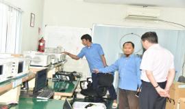 Petugas Laboratrium (BBPPT) menjelaskan kepada Tamu dari China terkait dengan Tupoksinya