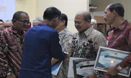 Manajer Utama Divisi Pelayanan dan Pemasaran PT. Taspen, Tawan, memberikan Tunjangan Hari Tua pertama pada pegawai yang memasuki masa purnabhakti.