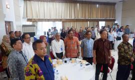 Para hadirin yang hadir pada acara pelepasan purnabhakti saat menyanyikan lagu Indonesia Raya.