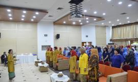 Peserta seminar menyanyikan lagu Indonesi Raya dipimpin oleh Dirijen