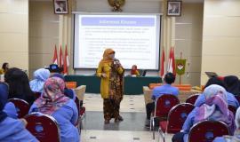 Ibu Ilma Nugrahani bertindak sebagai Narasumber pada Seminar Penggunaan dan Pemanfaatan Obat