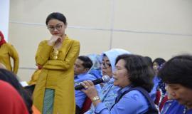 Salah satu peserta mengajukan pertanyaan pada seminar penggunaan dan pemanfaatan obat.