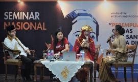 Sekjen Kominfo (Farida Dwi Cahyarini) Berpakaian adat minang, berbincang-bincang dengan Panitia seminar Nasional