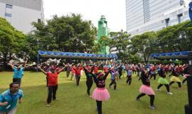 Senam peregangan bersama sebagai dimulainya acara penyerahan hadiah Lomba dalam memperingati Hari Kartini (20/4)