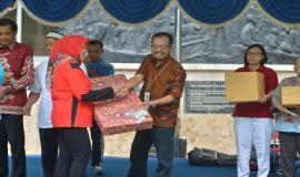 Sekjen Kominfo, Farida Dwi Cahyarini menyerahkan hadiah kepada Tim SDPPI yang diwakilkan oleh Among Wardoyo (20/4). Ditjen SDPPI menjadi Juara 1 (satu) pada lomba memasak dalam rangka peringatan Hari Kartini.