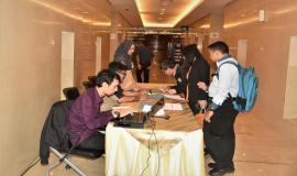 Para peserta dan undangan Workshop melakukan registrasi sebelum memasuki ruangan.