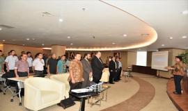 Peserta dan undangan workshop menyanyikan lagu Indonesia Raya yang dipandu oleh dirigen.