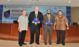 Pemberiaan plakat oleh Ditjen SDPPI kepada Expert ITU yang menjadi narasumber pada Workshop Technical Assistance on the Radio Frequency for Small Vessel use for Fishing Activity in Indonesia.