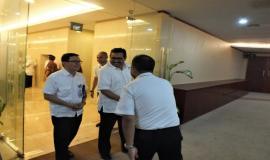 Dirjen SDPPI (Ismail) Bersama Kabag Umun dan Kepegawaian berjabat tangan dengan Kasubag Rumah Tangga 16/4 -2018