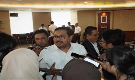 Dirjen SDPPI (Ismail) sedang menjawab pertanyaan dari wartawan atau media.